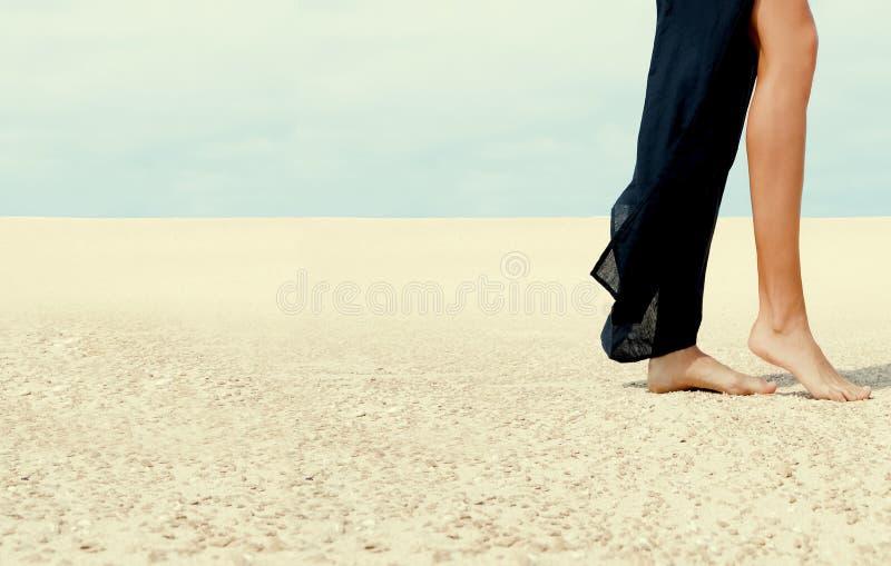 Kobieta iść na piechotę odprowadzenie w pustyni zdjęcia stock
