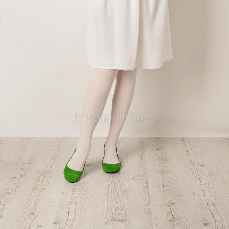 Kobieta iść na piechotę w białych rajstopy, spódnicy i baleta mieszkaniach na białym b, zdjęcia royalty free