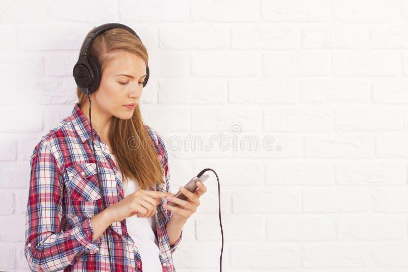 Kobieta iść przez playlisty obrazy stock