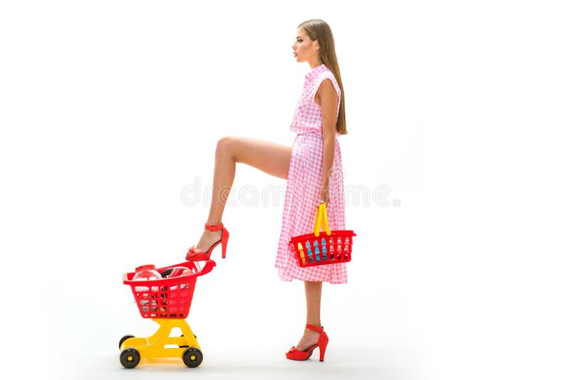 Kobieta iść robić zapłacie w supermarkecie rocznik gospodyni domowej kobieta odizolowywająca na bielu retro kobieta iść robić zak zdjęcia stock