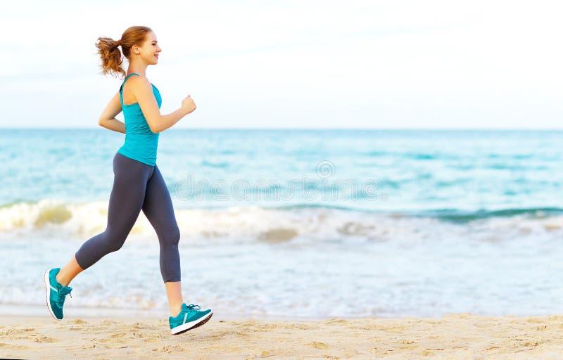 Kobieta iść wewnątrz dla sportów jogging na plaży fotografia stock