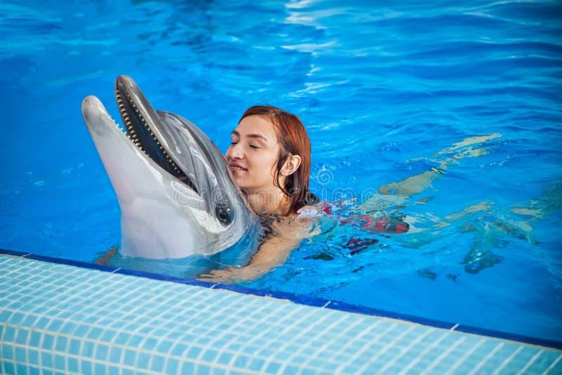 Kobieta i delfin zdjęcia stock