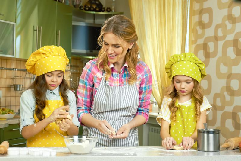 Kobieta i dwa dziecka, kuchnia obraz stock