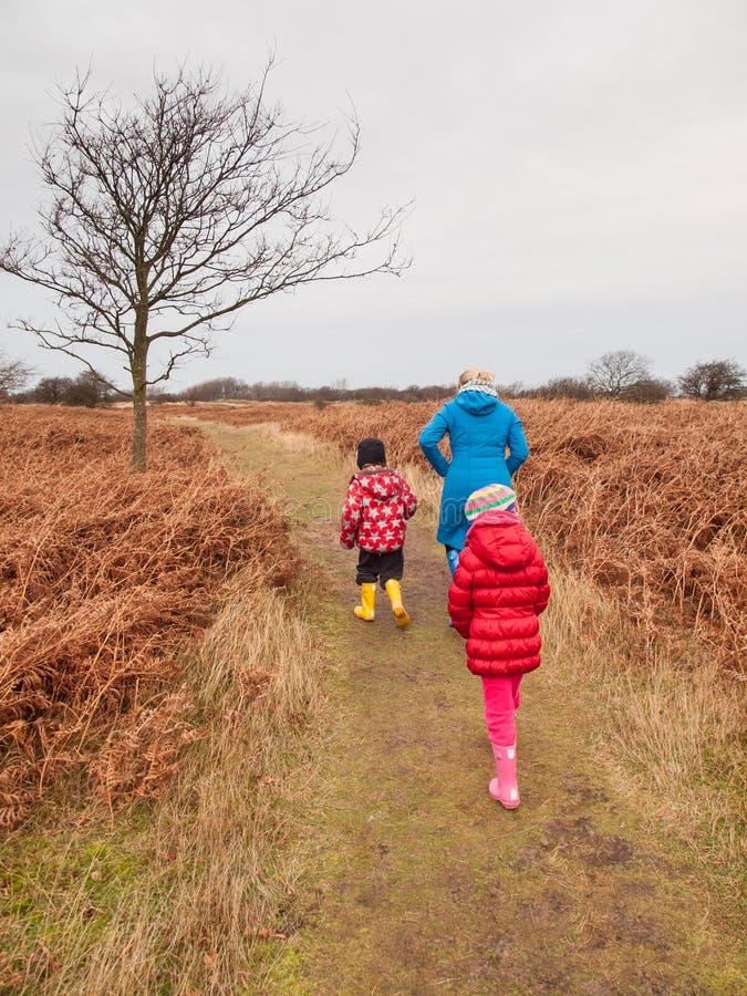 Kobieta i dwa małego dziecka chodzi w diuny w zimie fotografia stock