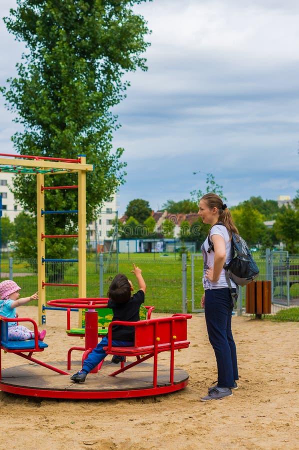 Kobieta i dzieci rondem obrazy stock