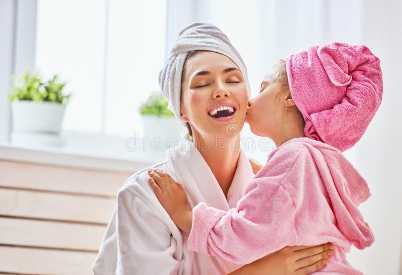 Kobieta i dziewczyna z ręcznikami na głowach obraz royalty free