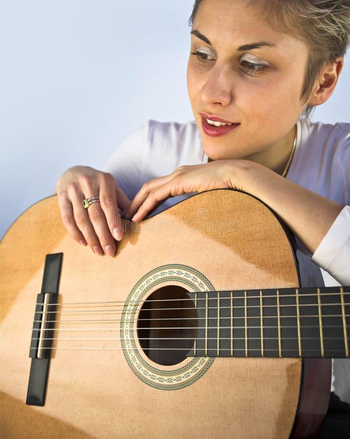 Kobieta i gitara obrazy stock