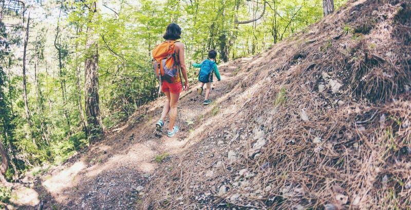Kobieta i jej dziecko spacer wzdłuż lasowego śladu zdjęcie royalty free