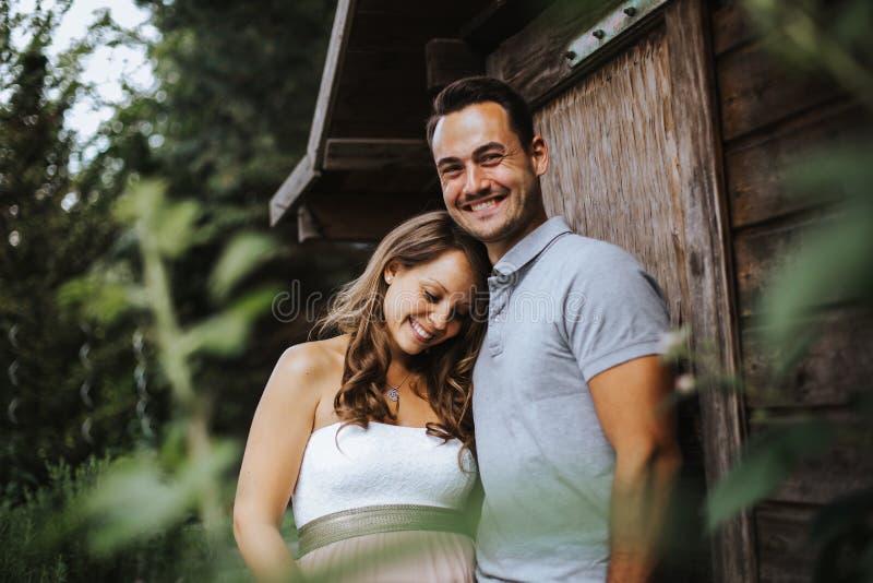 kobieta i jej mąż dzieli niektóre radosnych momenty outdoors obrazy stock