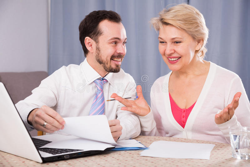 Kobieta i kierownik dyskutujemy kontrakt zdjęcia royalty free