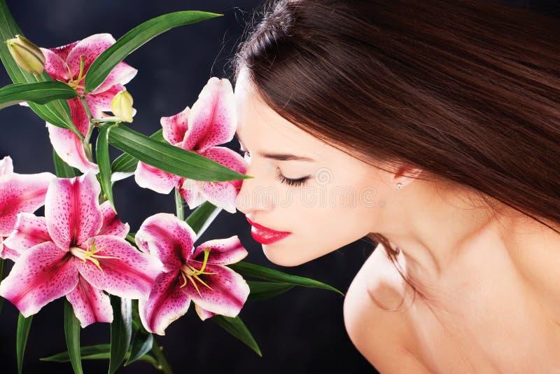 Kobieta i kwiaty zdjęcie royalty free