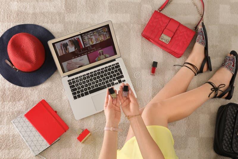 Kobieta i laptop z mody blogger miejscem na pod?odze fotografia stock