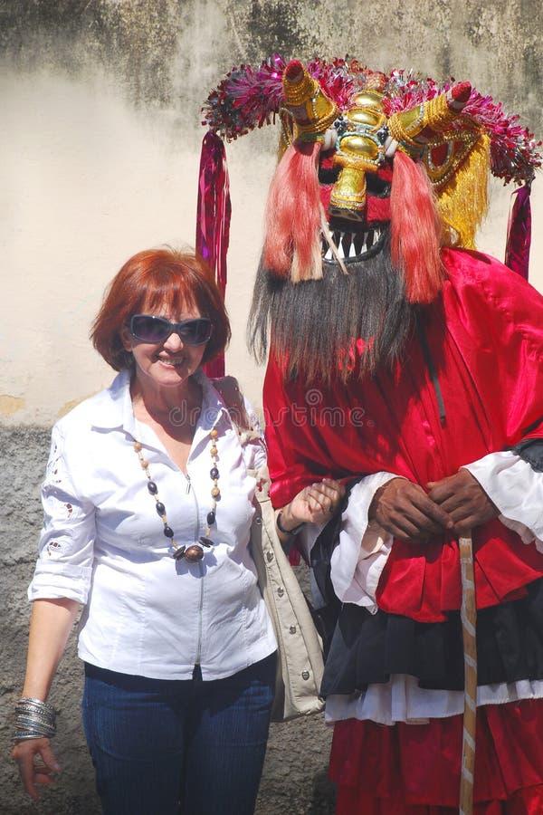 Kobieta i lud Maskujący mężczyzna fotografia stock