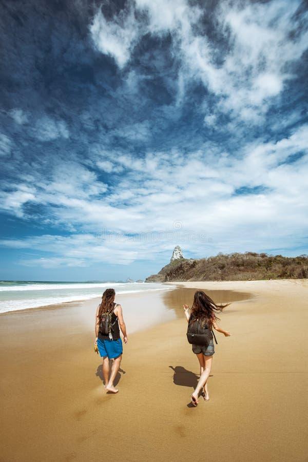 Kobieta i mężczyzna chodzimy wzdłuż plaży Fernando de fotografia royalty free