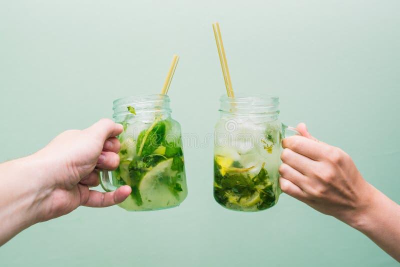 Kobieta i mężczyzna pije koktajl Przyjaciele relaksują przy, świętują, relaksują, i, trzymający owocowych napoje w ich rękach klu obrazy royalty free