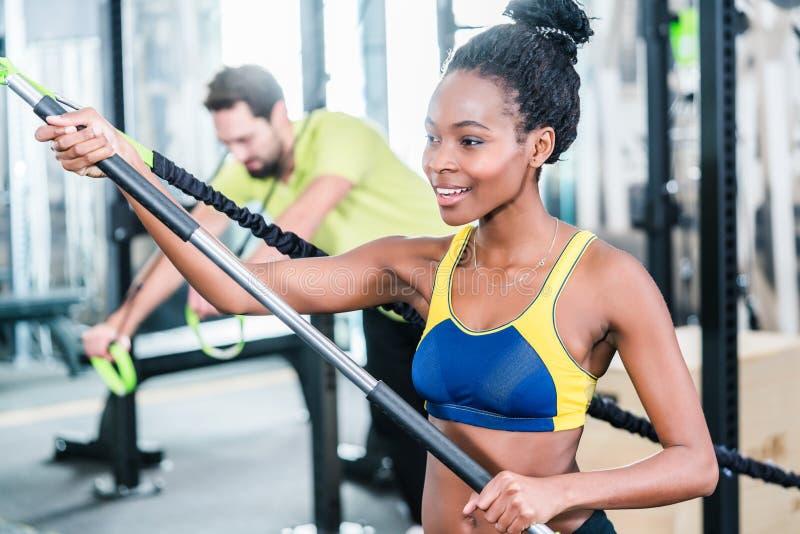 Kobieta i mężczyzna w czynnościowym szkoleniu dla lepszy sprawności fizycznej obraz stock