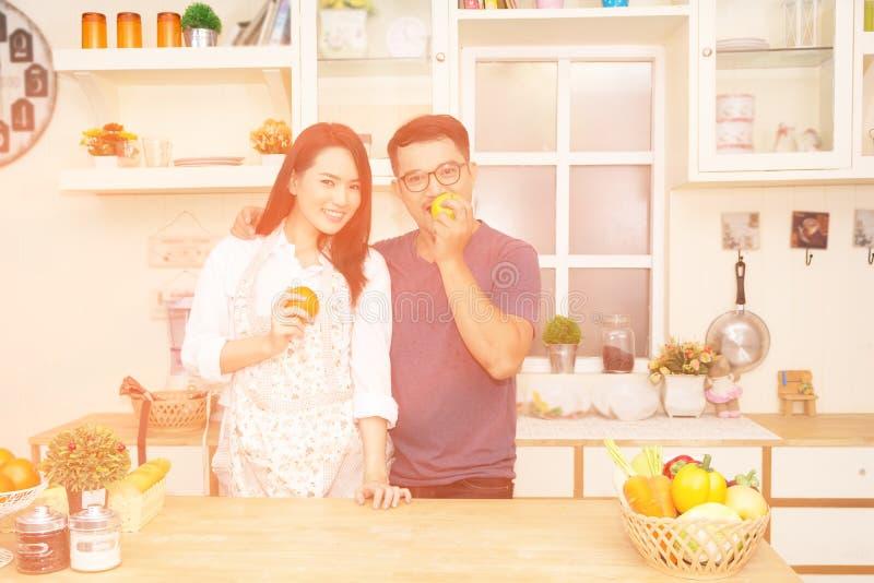 Kobieta i mężczyzna w kuchni obrazy stock