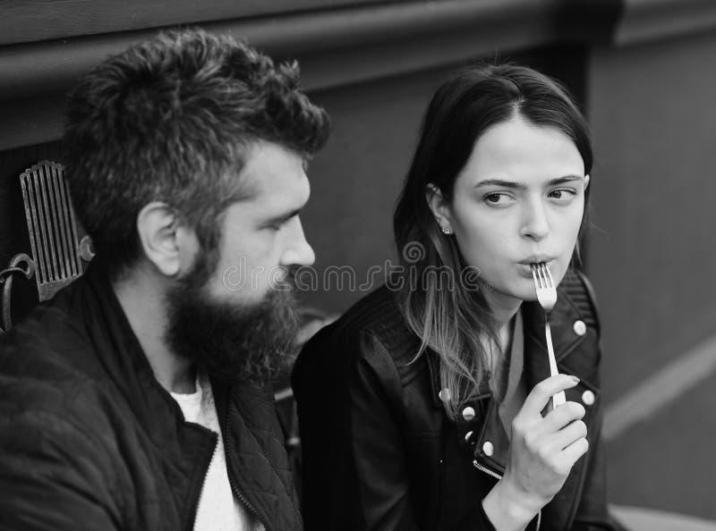 Kobieta i mężczyzna z zdziwionymi twarzami datę przy kawiarnią zdjęcia stock