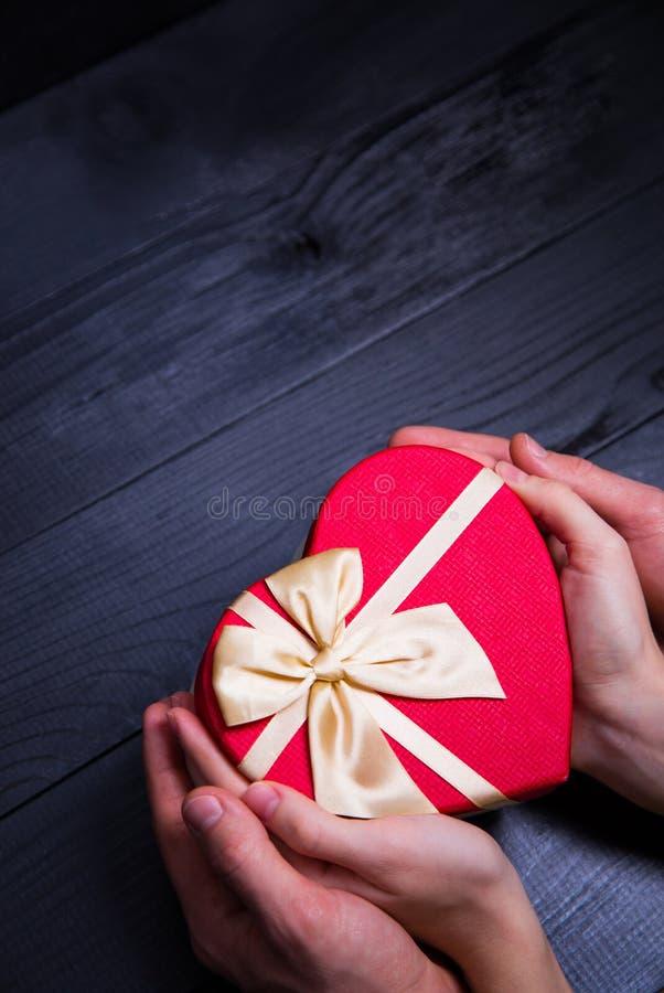 Kobieta i męski caucasian wręczamy mienie prezenta pudełko w kształcie hea fotografia royalty free