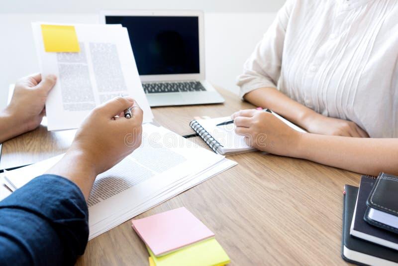 kobieta i m??czyzna pracujemy dla edukaci lub biznesu na stole obrazy royalty free