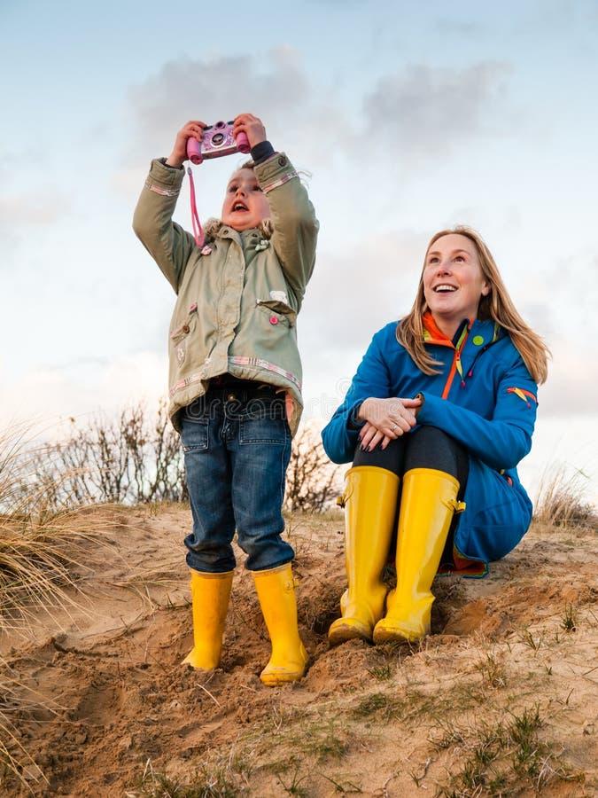 Kobieta i mała dziewczyna bawić się w diuna krajobrazie fotografia royalty free