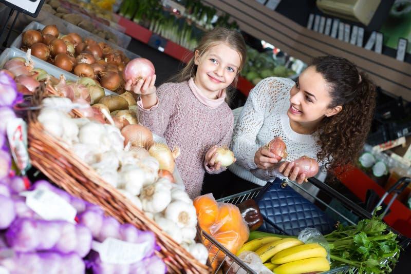 Kobieta i mała dziewczynka przy rynkiem obrazy stock