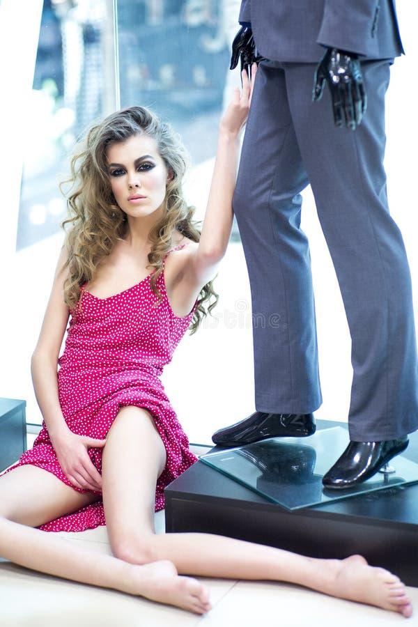 Kobieta i mannequin w sklepie fotografia stock