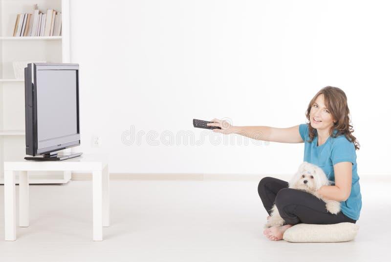 Kobieta i pies ogląda TV wpólnie zdjęcie royalty free