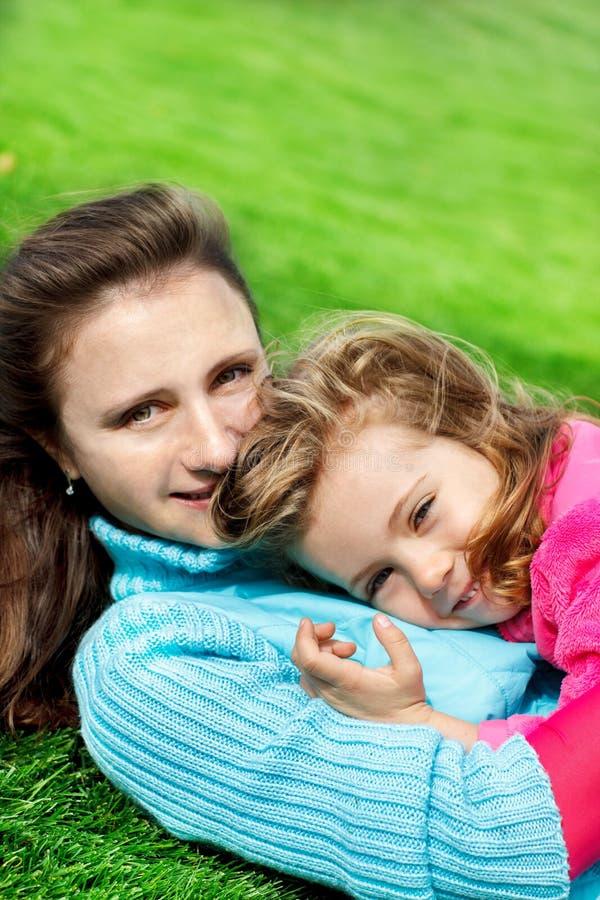 Kobieta i preschool urocza dziewczyna zdjęcie stock