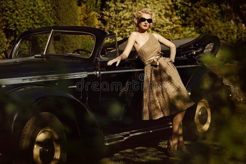 Kobieta i retro kabriolet fotografia royalty free