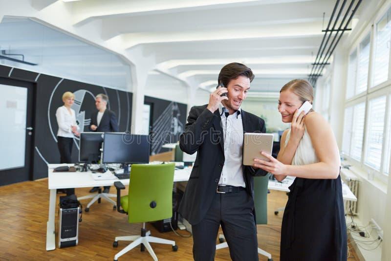 Kobieta i robić robić rozmowom telefonicza w biurze obraz stock