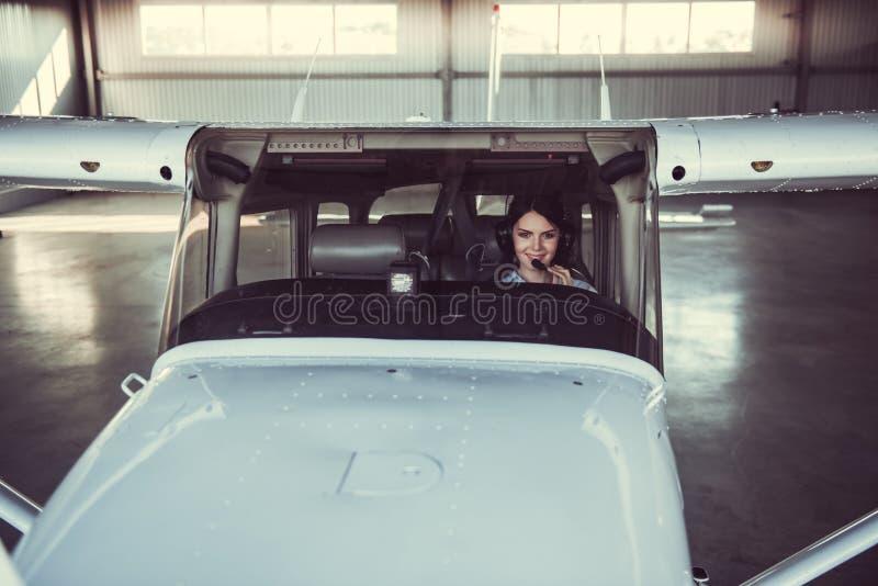 Kobieta i samolot obrazy stock