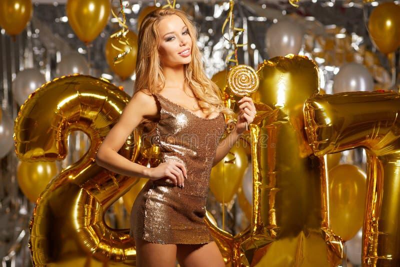 kobieta i Szczęśliwi 2017 złociści nowy rok balonów obrazy stock