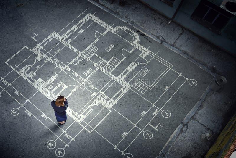 Kobieta inżynier myśleć nad jego planem Mieszani środki zdjęcia royalty free