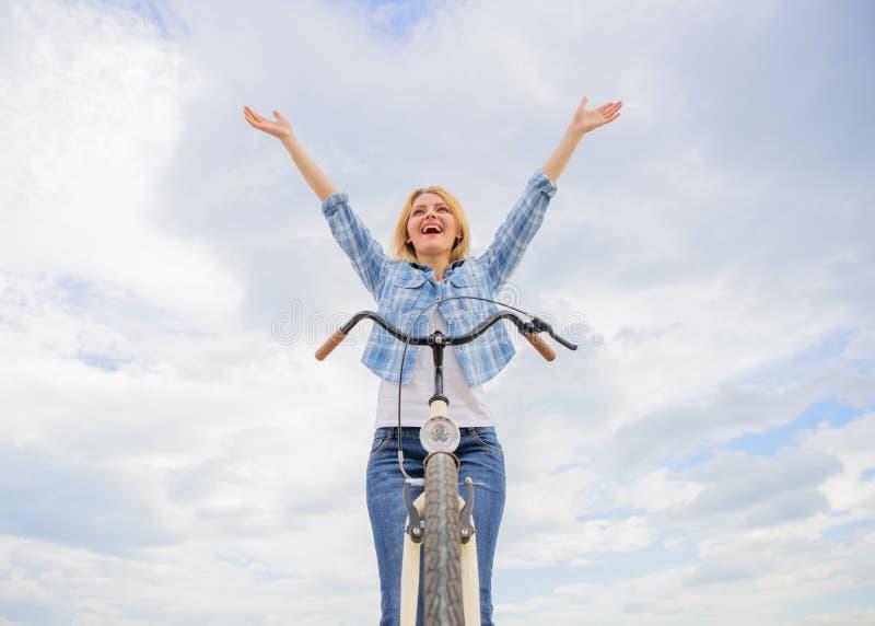 Kobieta jadąca cieszy się wolność podczas gdy Codzienny bicycling robi ciebie szczęśliwy Bicycling hobby, najlepszy sposób i obrazy royalty free