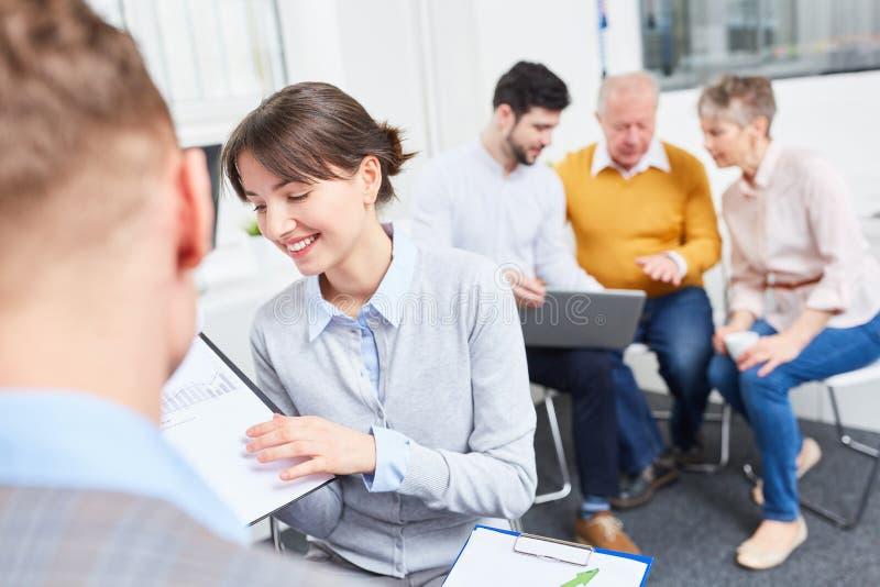 Kobieta jako praktykant w biznesowym warsztacie obrazy stock