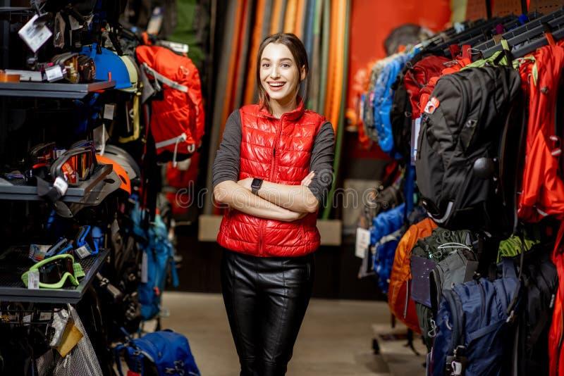 Kobieta jako sprzedawca w sportach robi zakupy obrazy royalty free
