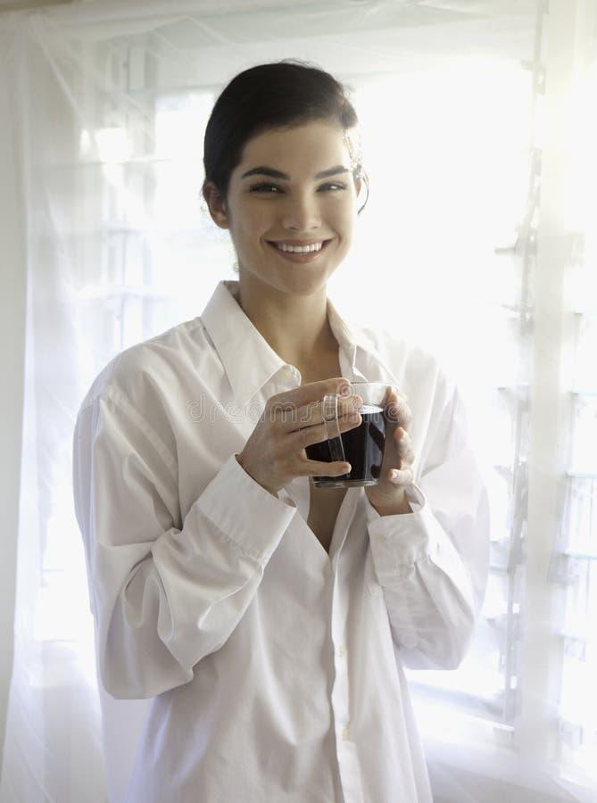 Kobieta jaskrawym okno z kawą. fotografia royalty free