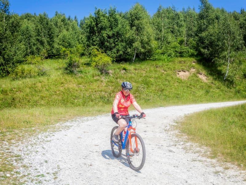 Kobieta jeździć na rowerze w parku narodowym Retezat zdjęcia royalty free