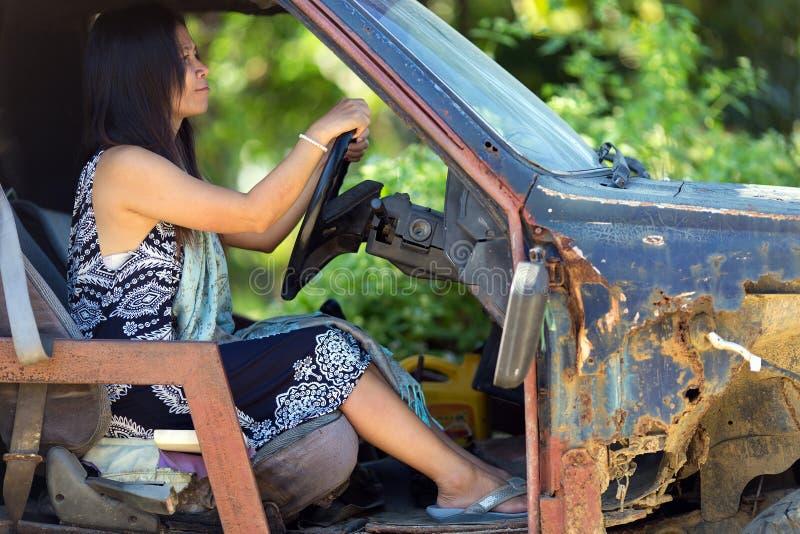 Kobieta jeżdżenie uszkadzający samochód zdjęcia stock