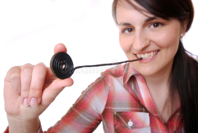 Kobieta je likworu cukierku koło zdjęcie stock