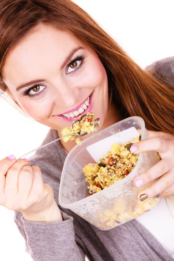 Kobieta je oatmeal z suchymi owoc dietetyczka zdjęcia royalty free