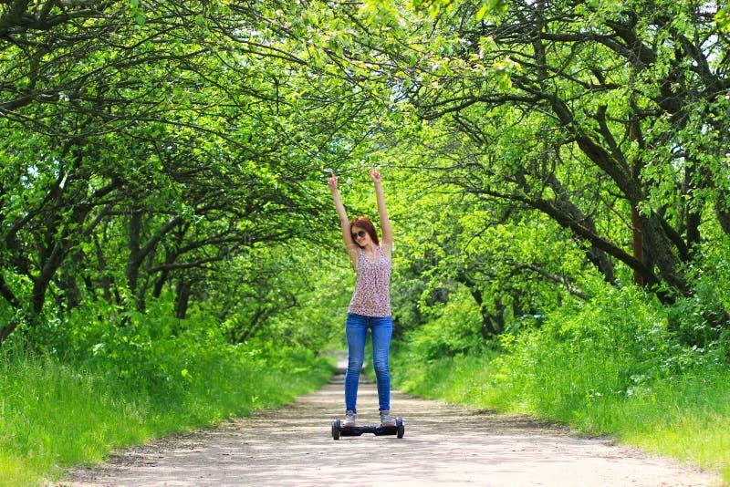 Kobieta jedzie elektryczną hulajnoga outdoors obrazy royalty free