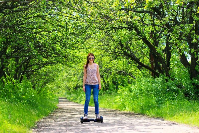 Kobieta jedzie elektryczną hulajnoga outdoors zdjęcia stock