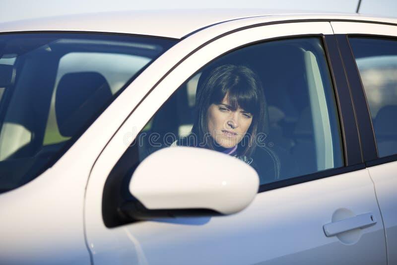 Kobieta jedzie jej nowego samochód obrazy royalty free
