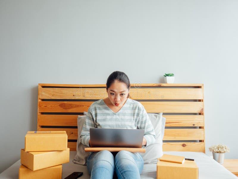Kobieta jest czuć szczęśliwy z jej online biznesowymi sprzedażami Poj?cie o zdjęcie royalty free
