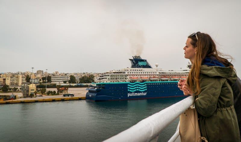Kobieta jest gapiowska przy morzem port i inny wysyła zdjęcie royalty free