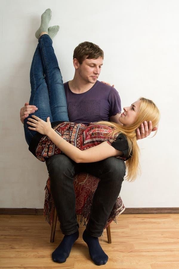 Kobieta jest kłamać do góry nogami na mężczyzna kolanach obraz stock
