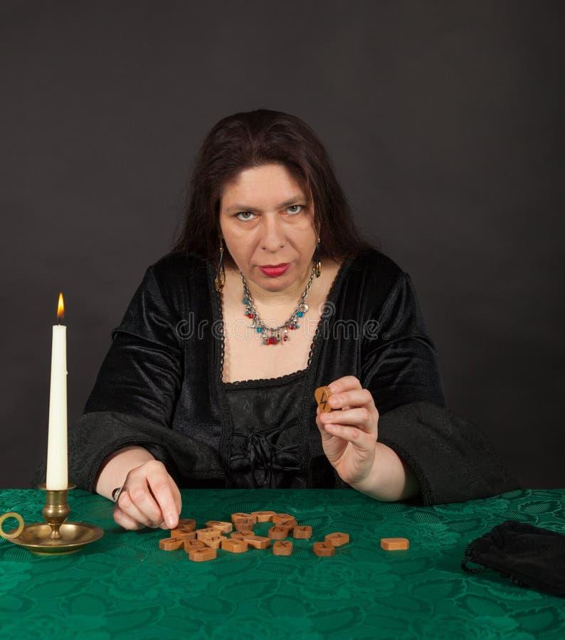 Kobieta jest mówi z runes przyszłość obrazy stock