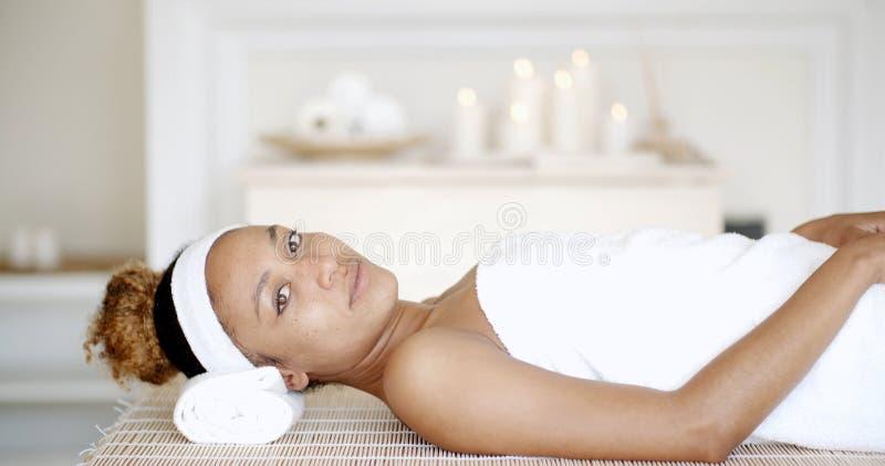 Kobieta Jest Odpoczynkowa Na zdroju łóżku zdjęcie royalty free